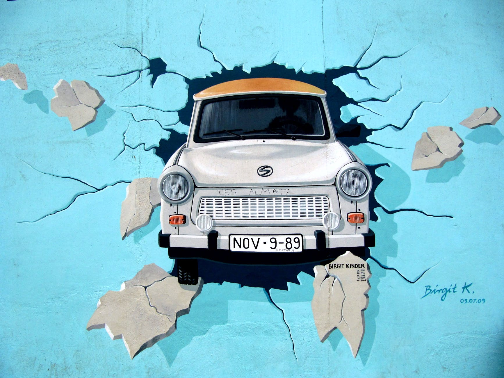 graffiti-berlin-wall-wall-trabi.jpg